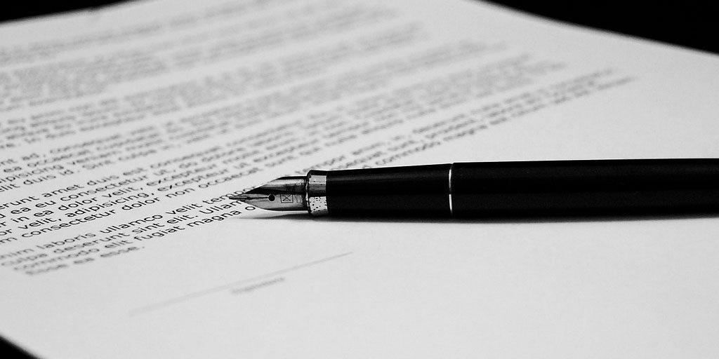 La firma de una escritura hipotecaria esconde en muchas ocasiones la aceptación de la denominada cláusula suelo.